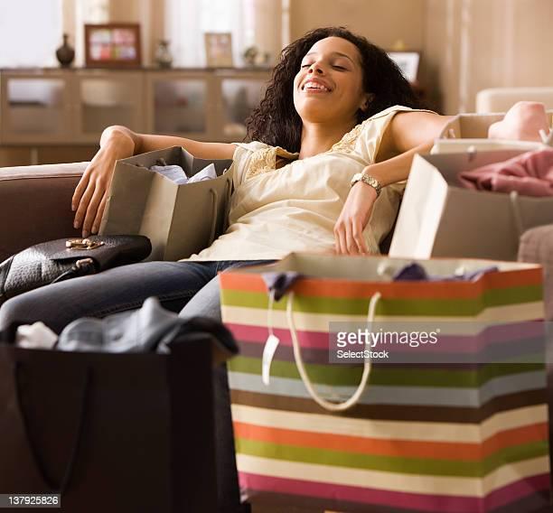 Frau erschöpft nach dem Einkaufen