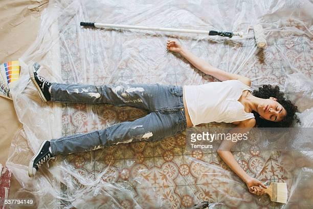 épuisé jeune femme après bricolage peinture de travail. - bricolage humour photos et images de collection