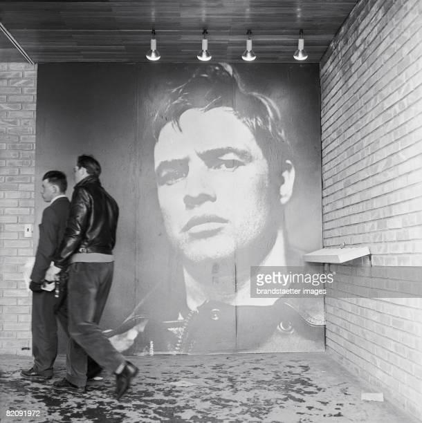 Exhibition about the youth culture, Vienna, Photography, 1958 [Besucher betreten eine Ausstellung ?ber den angeblichen Verfall der Jugend, Wien,...