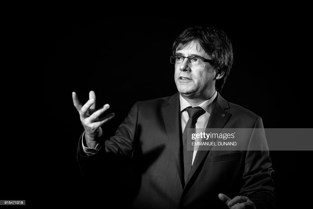 TOPSHOT - Exiled former Catalan leader Carles Puigdemont poses during a photo session in Brussels on February 7, 2018. / AFP PHOTO / Emmanuel DUNAND