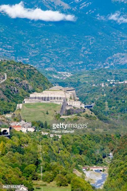 exilles fort, piemonte, italië - exilles fort stockfoto's en -beelden