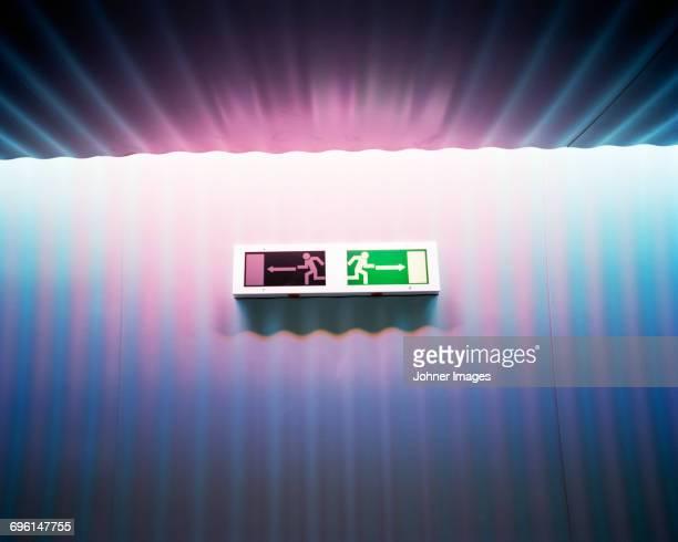 exit sign - twee objecten stockfoto's en -beelden