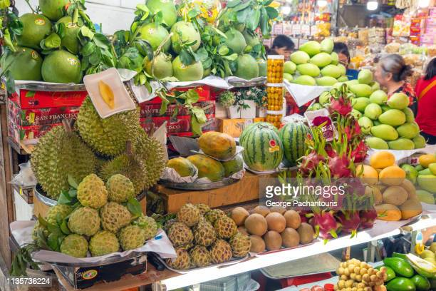 exotic fruit on market display - tropische frucht stock-fotos und bilder