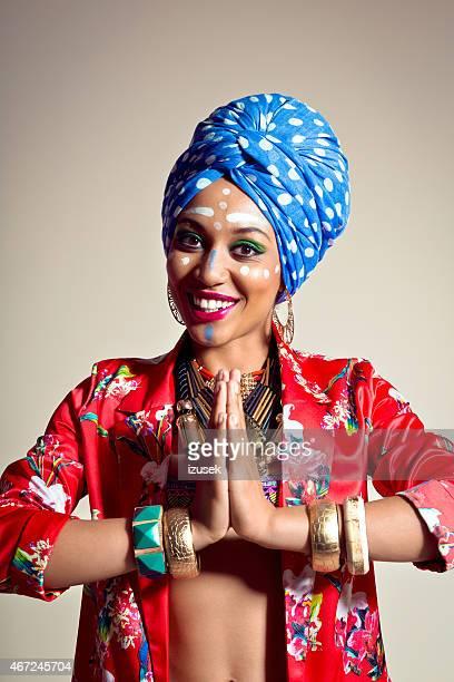 Exotique jeune femme portant blue turban