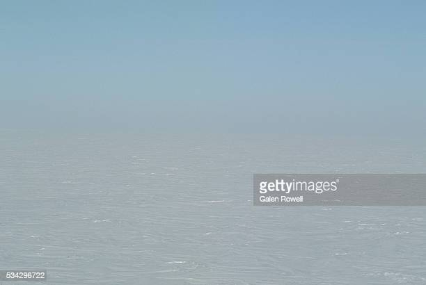 expanse of ice at the south pole - south pole stock pictures, royalty-free photos & images