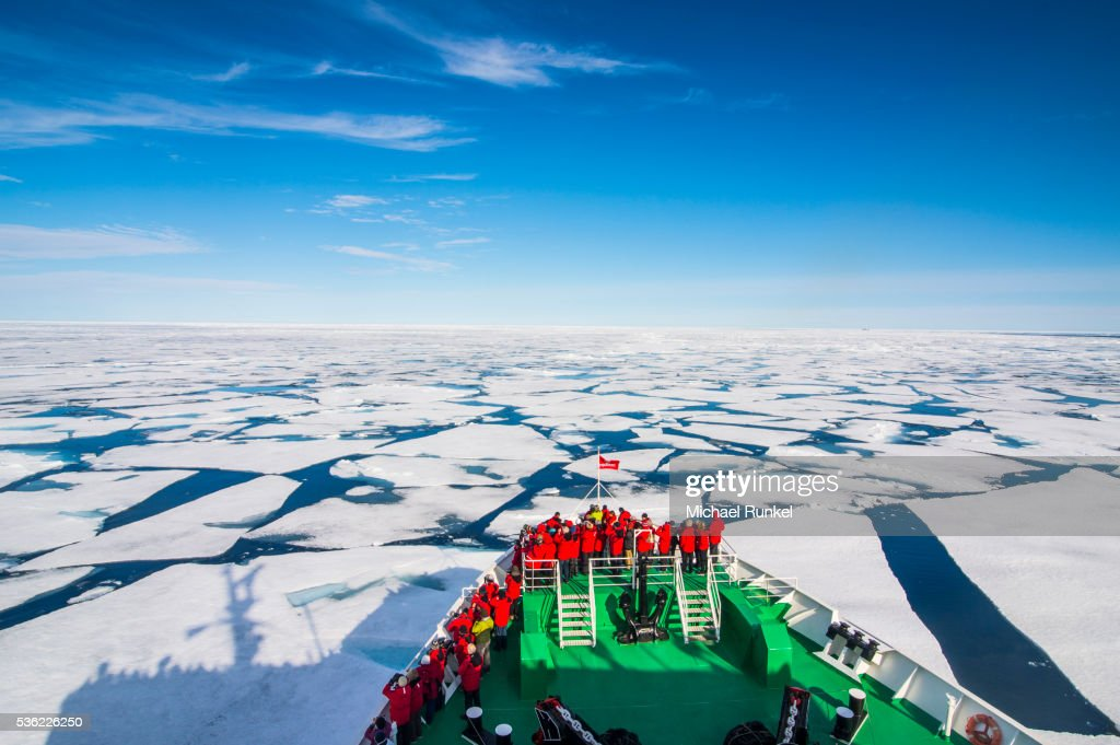 Expedition boat navigating through the pack ice in the Arctic shelf, Svalbard, Arctic : Foto de stock