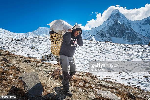 伝統的なシェルパウィッカーバスケットヒマラヤ山脈ネパールを運ぶ遠征ポーター - 職業 ポーター ストックフォトと画像