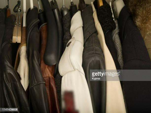 expensive jackets hanging in closet - blouson en cuir photos et images de collection
