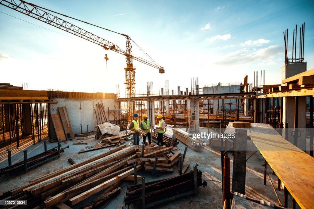 建設工事の問題を説明する経験豊富なエンジニア - 不況後の開発 : ストックフォト