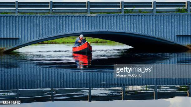 experienced paddler overcoming an obstacle during high water - murray mccomb stock pictures, royalty-free photos & images