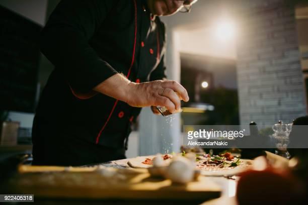 chef experiente pizza - ingrediente - fotografias e filmes do acervo