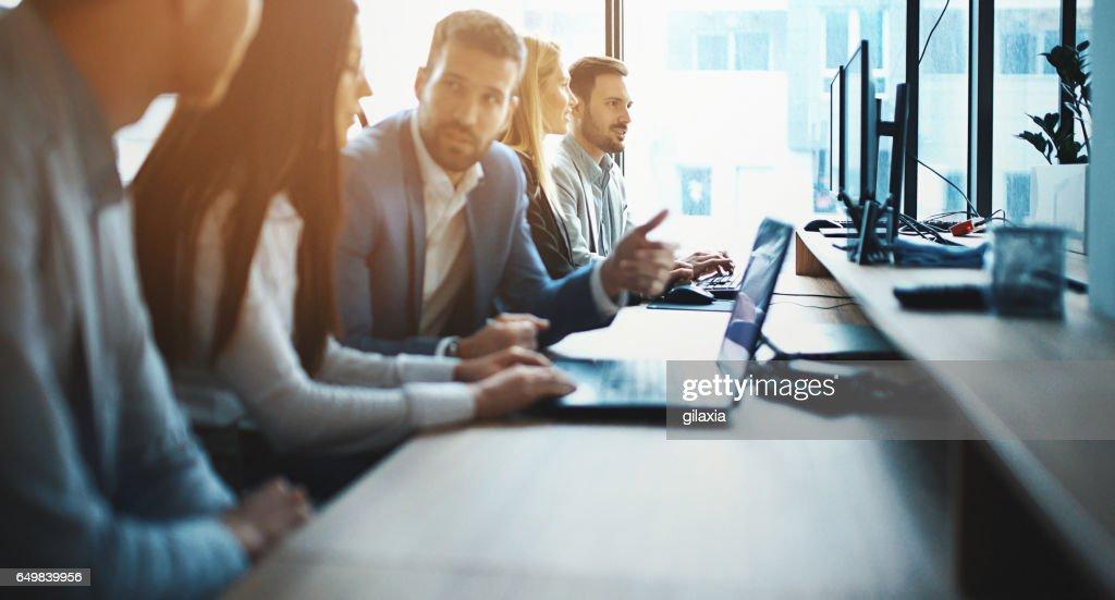 Especialistas em ti trabalhando em um computador. : Foto de stock