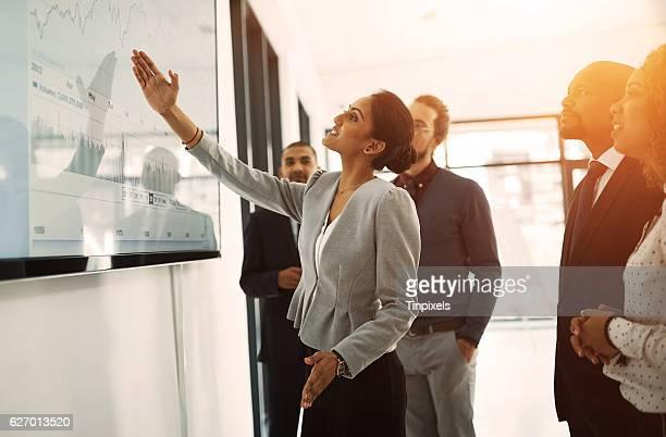 explaining her ideas to the team - liderança - fotografias e filmes do acervo