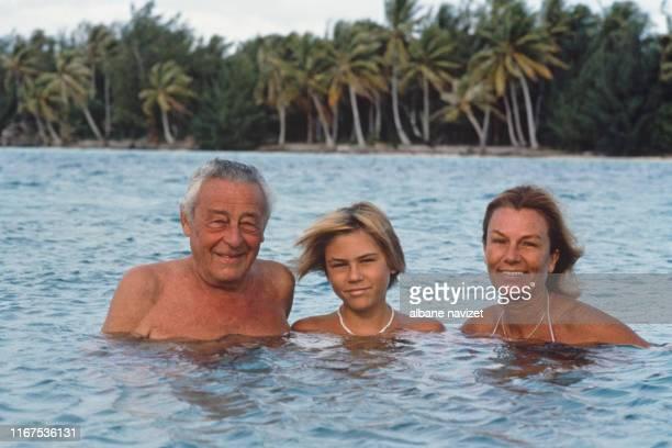 L'explorateur français Paul Emile Victor avec son fils Teva et sa femme Colette chez eux à Bora Bora en Polynésie française