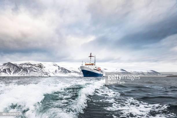 exploration cruise ship arrives to deception island - 南極大陸探検 ストックフォトと画像