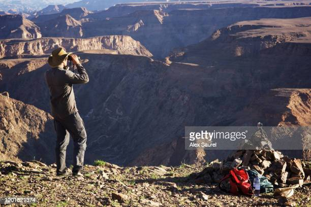 explorer above fish river canyon, namibia - reportaje imágenes fotografías e imágenes de stock
