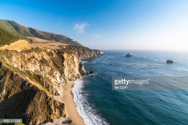 exploring california's central coast charms, the rugged big sur coastline along highway 1, between carmel highlands and big sur, monterey county, california usa. (day) - riva dell'acqua foto e immagini stock