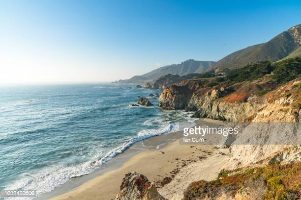 exploring california's central coast charms, the rugged big sur coastline along highway 1, between carmel highlands and big sur, monterey county, california usa. (day) - 打ち寄せる波 ストックフォトと画像