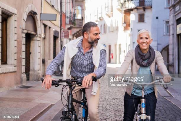 esplorare la città con la bicicletta - trento foto e immagini stock