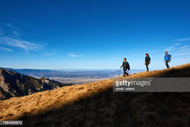 explorar as montanhas com os amigos - romênia - fotografias e filmes do acervo