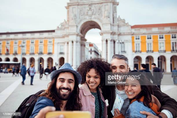 exploring the arco do triunfo da rua augusta - rua stock-fotos und bilder