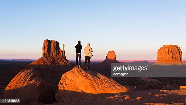 exploring the monument valley - verenigde staten stockfoto's en -beelden