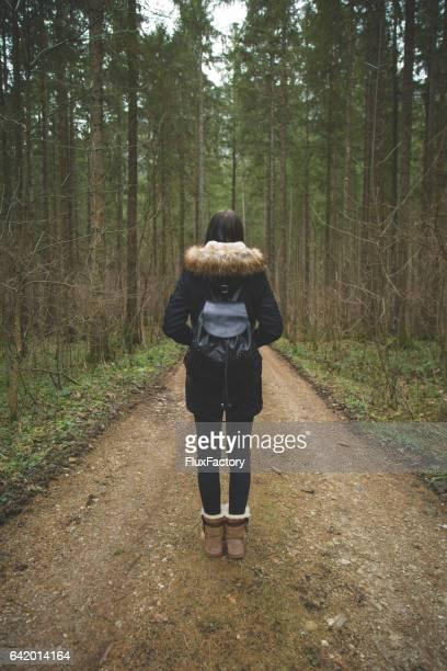 Woodland - jonge vrouwelijke natuurliefhebber verkennen
