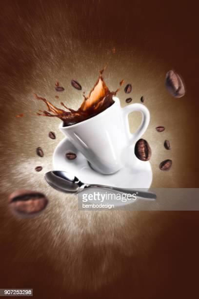 Explosion du café avec une tasse et haricots