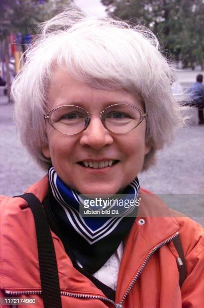 Expo 2000 Irene Glaschick begleitet als Mutter eine Schulklasse ihr ist absolut egal was das alles kostet man kommt ja nicht so oft zu so eimem...