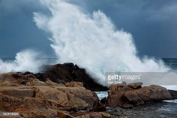 expoding wave - costa caratteristica costiera foto e immagini stock