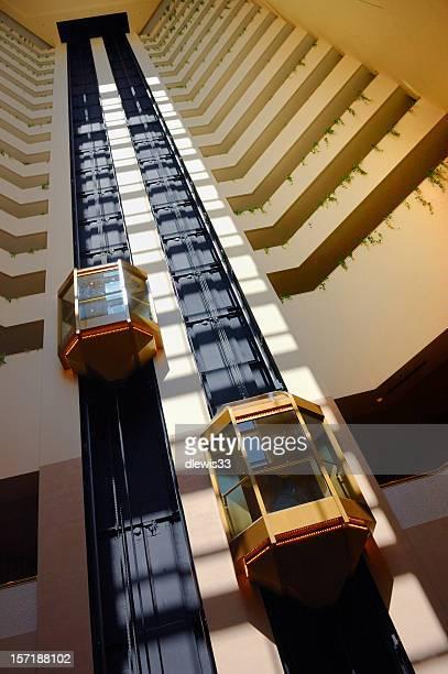 Ascenseurs visibles dans l'Atrium de l'hôtel