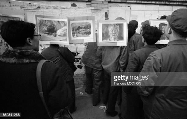 Exposition de tableaux du peintre Shuei Ming De devant le mur de la Démocratie en février 1979 à Pékin Chine