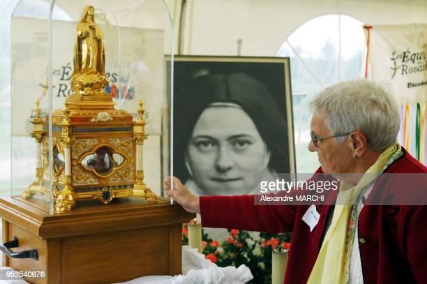 Exposition des Reliques de SainteTherese de l'EnfantJesus et de la SainteFace pour que les fideles puissent la toucher et l'embrasser