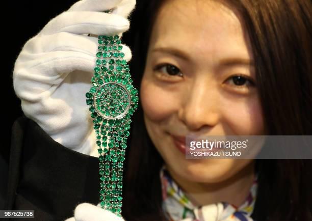 Expositiondu 'Piccadilly Princess Royal Emerald Green'unemontrebraceletd'une valeur de 33 millions USD produite par lebijoutier britannique...