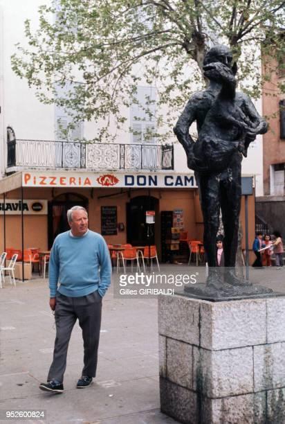 L'expremier ministre britannique Edward Heath au pied de la statue de Pablo Picasso 'L'homme au mouton' circa 1970 à Vallauris France