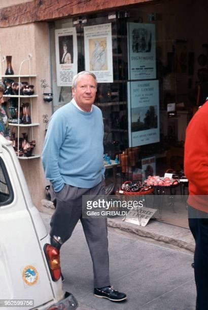 L'expremier ministre britannique Edward Heath se promène dans une rue de Vallauris circa 1970 France