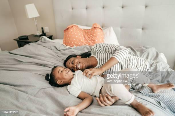 se déclarant aimer votre enfant - couple au lit photos et images de collection