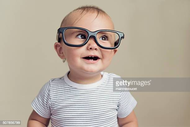 Ausdrucksstarke baby boy mit falschen Brille und gestreiftem t-shirt.