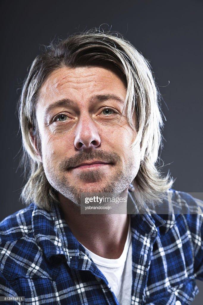 Ausdrucksstarke Junger Mann Mit Blonden Langen Haar Und Bart Stock