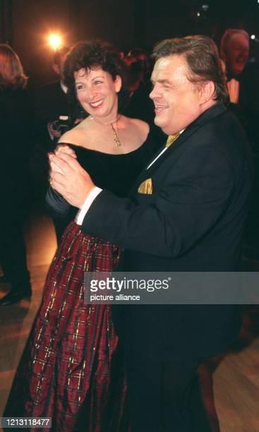 Ex-RTL-Chef Helmut Thoma tanzt mit der First Lady von Nordrhein-Westfalen, Karin Clement, auf dem Ufa-Filmball am in Neuss. Der 60-Jährige zählte zu...