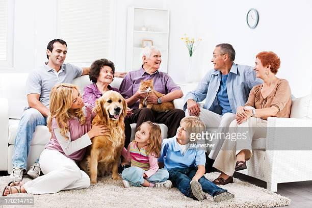 Großfamilie genießen zu Hause mit ihren Haustieren.