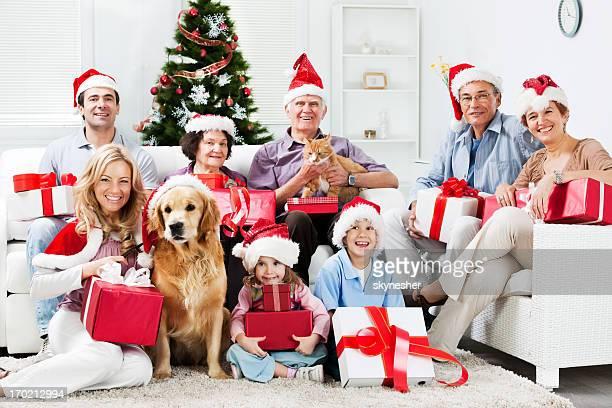 Erweiterte Familie mit Ihrem Haustier Feiern Weihnachten.