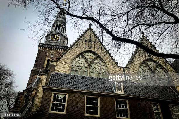 exterior facade of the oude church in amsterdam - clemence hollande photos et images de collection