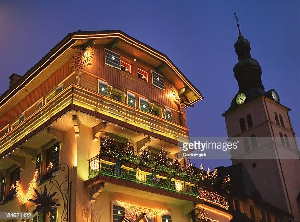 外観の美しい照明付きハウスで、swisserland ムジェーヴ - ムジェーヴ ストックフォトと画像