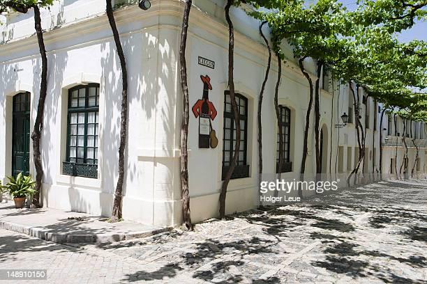 exterior of bodega tio pepe gonzales byass. - jerez de la frontera fotografías e imágenes de stock