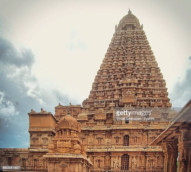 exterior of brihadeeswarar temple against sky - chennai stock pictures, royalty-free photos & images