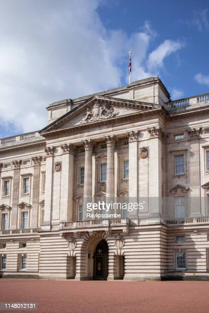 exterior of buckingham palace showing the central part of the building - british culture stock pictures, royalty-free photos & images