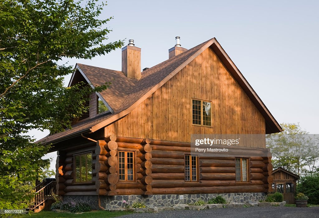 Exterior of cottage style log house with cedar shingles : ストックフォト