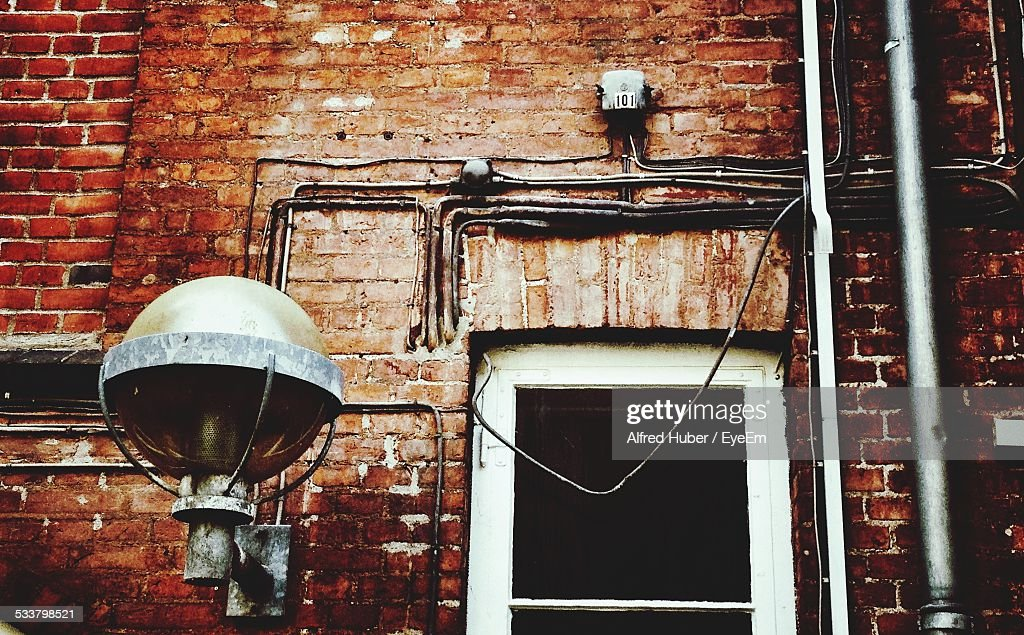 Exterior Of House With Electric Lamp And Cables On Wall : Foto stock