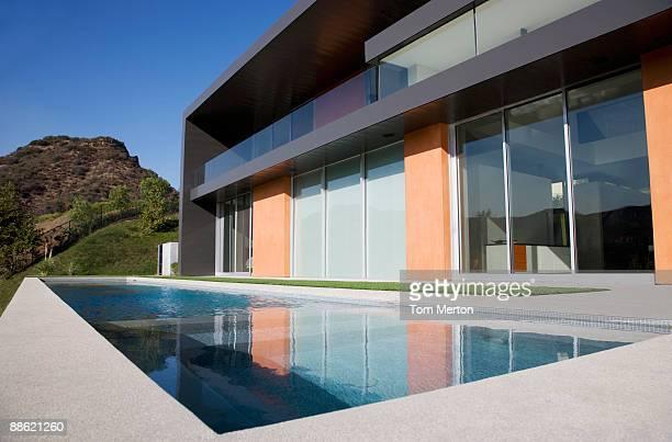 fachada de una casa moderna y a la piscina - calabasas fotografías e imágenes de stock